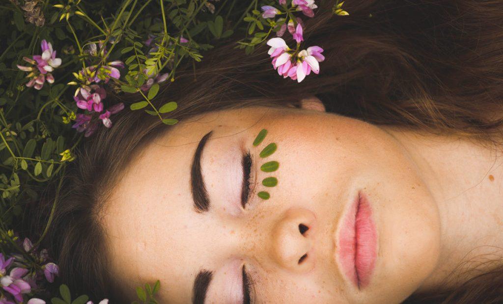 Si consiglia di iniziare a utilizzare cosmetici biologici. Questi sono realizzati con ingredienti naturali.